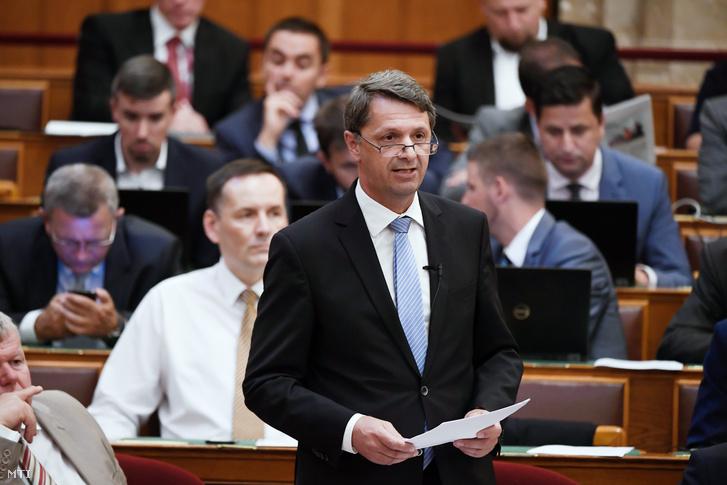Cseresnyés Péter az Innovációs és Technológiai Minisztérium parlamenti államtitkára napirend előtt beszél az Országgyűlés plenáris ülésén 2018. július 16-án.