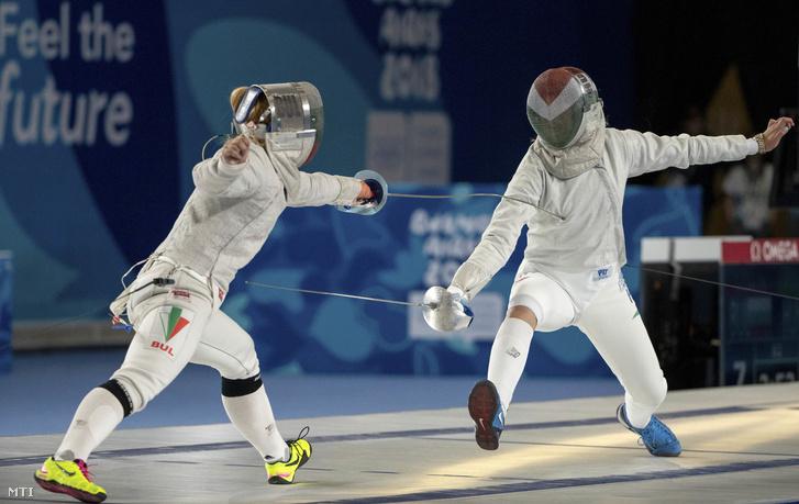 A Nemzetközi Olimpiai Bizottság olimpiai információs szolgálata által közreadott kép Pusztai Liza és a bolgár Joana Ilieva asszójáról a kardvívók vegyes csoportmérkőzéseinek elődöntőjében a III. nyári ifjúsági olimpián Buenos Airesben 2018. október 10-én.
