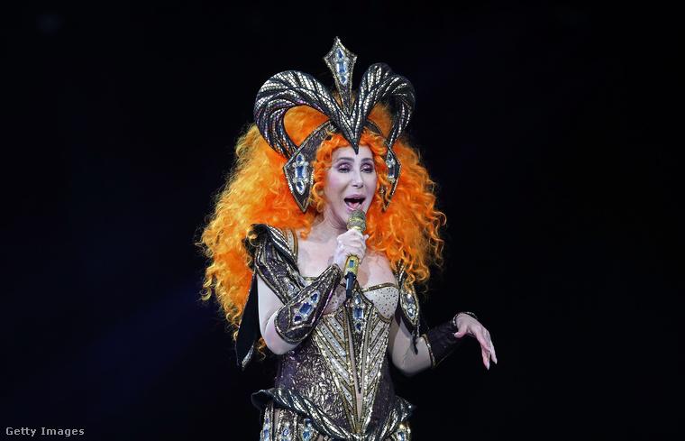 A legnagyobb vicc az egészben, hogy miközben Cher jelenleg turnézik is a Dancing Queennel (lásd a képet), addig az album évtizedek óta nem látott sikereket hoz a 72 éves énekesnőnek