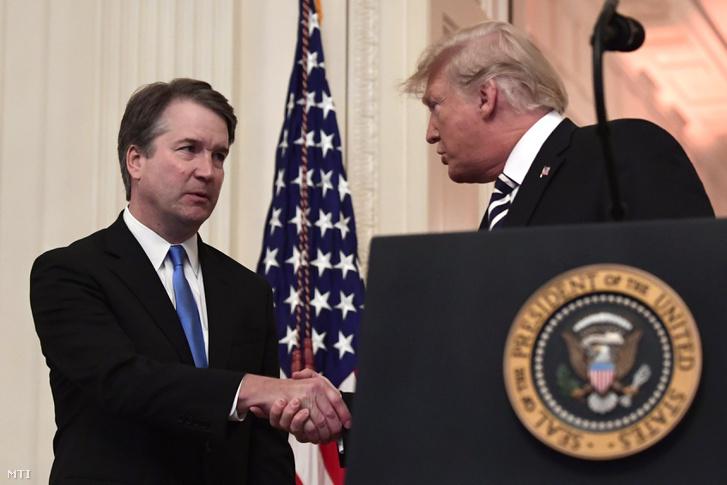 Brett Kavanaugh főbíró (b) és Donald Trump amerikai elnök kezet fog Kavanaught hivatali eskütételi ünnepségén a washingtoni Fehér Házban 2018. október 8-án.