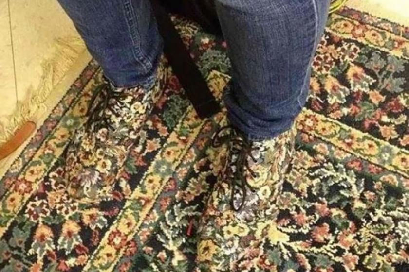 Látod a cipőt a szőnyegen?