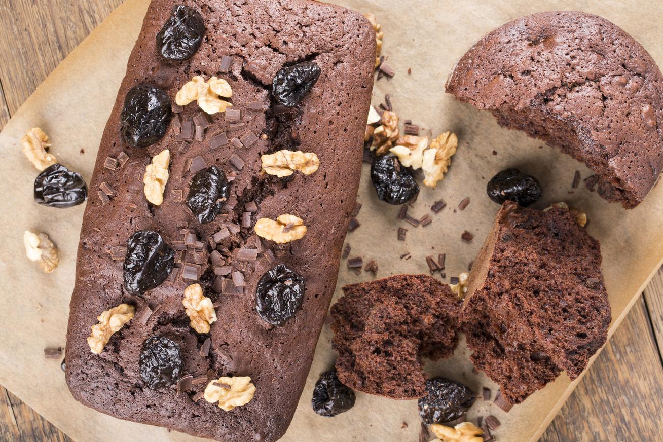 Házi, csokis-szilvás süti, ami szép magasra feljön, és az íze is csodás