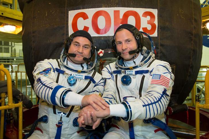 Alekszej Ovcsinyin orosz (b) és Nick Hague (j) amerikai űrhajós a Szojuz MSz-10-es űrhajó startja előtt a kazahsztáni Bajkonur orosz űrközpontban 2018. október 11-én