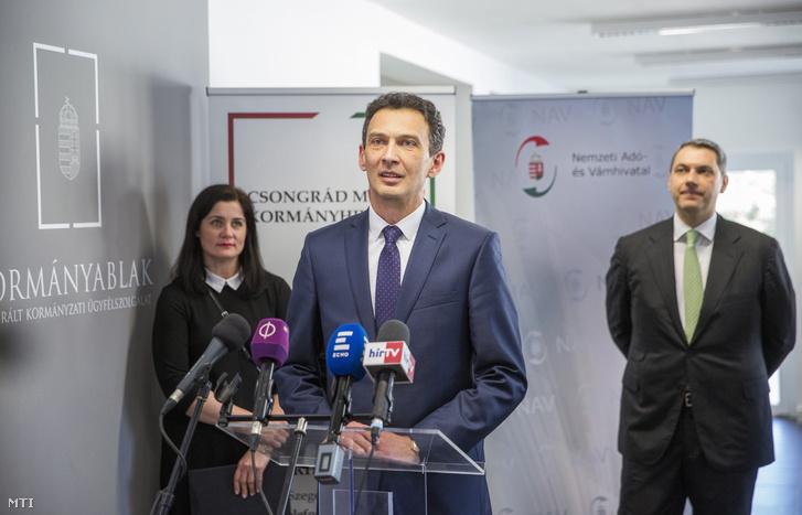 Hegedűs Zoltán (Fidesz-KDNP) alpolgármester beszédet mond a Hódmezővásárhelyi Járási Hivatal kibővített ügyfélszolgálatának átadásán 2018. január 29-én. Mögötte Juhász Tünde Csongrád megyei kormánymegbízott és Lázár János Miniszterelnökséget vezető miniszter.