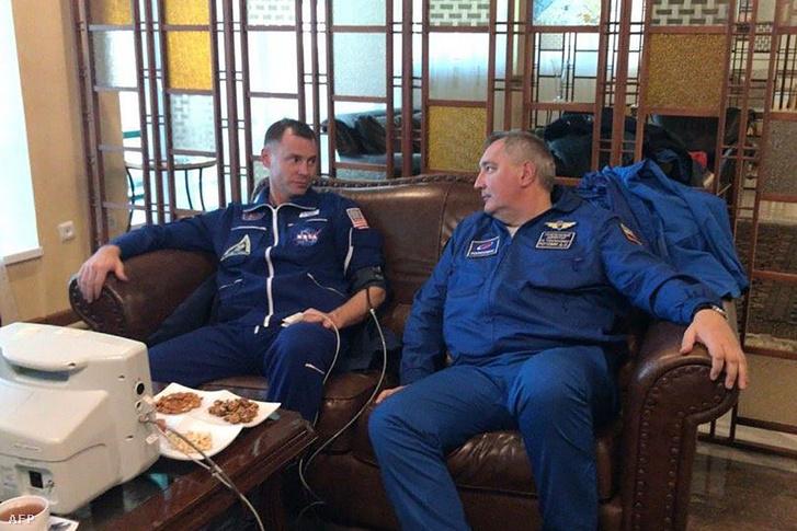 Orvosi vizsgálatokat végeznek a két űrhajóson a kényszerleszállás után.