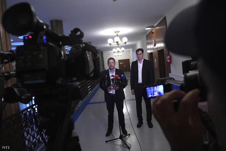Tóth Bertalan az MSZP elnöke frakcióvezetője (b) és Karácsony Gergely a Párbeszéd társelnöke sajtótájékoztatót tart az Országgyűlés Irodaházában 2018. szeptember 3-án