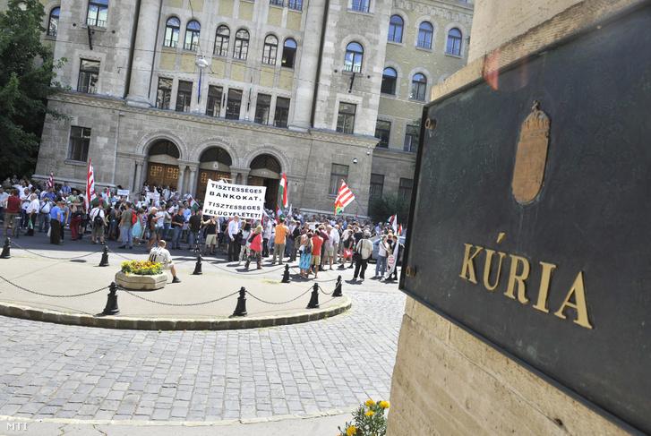 Tüntetők a Kúria épülete előtt a lakossági devizahitel-szerződés semmisségének megállapítása iránt indított per ítélethirdetése előtt 2013. július 4-én.