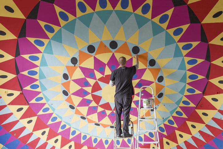 12 fal - Építészet és kortárs ornamentika című kiállítás szerdány nyílik meg a veszprémi Iparostanodában. A fotón épp Adam Nathanial Furman tervét festi fel a Neopaint