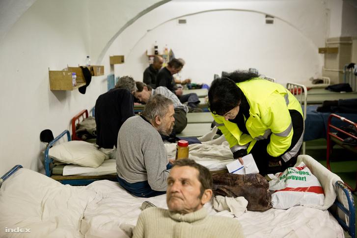 A Menhely Alapítvány munkatársa egy hajléktalanszállón