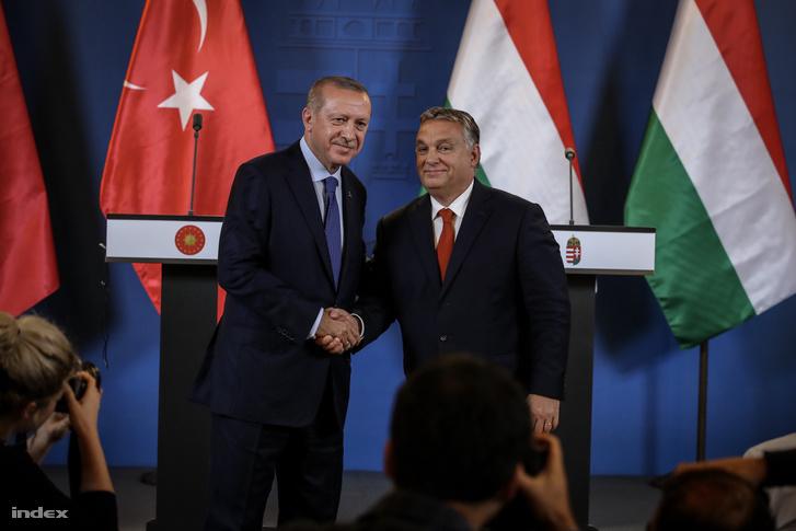 Recep Tayyip Erdoğan török elnök (b) és Orbán Viktor miniszterelnök a megbeszélésüket követően tartott sajtótájékoztatón az Országházban 2018. október 8-án.