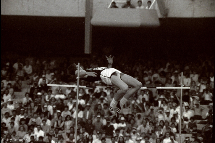 Dick Fosbury amerikai magasugró, az 1968. évi mexikói olimpiai bajnoka