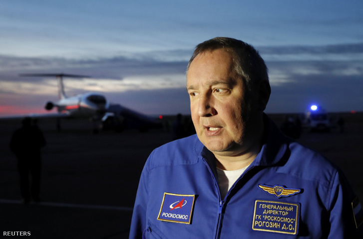 Dmitrij Rogozin a Roszkozmosz vezetője nyilatkozik a sajtónak a Bajkonur repülőtéren 2018. október 11-én, Kazahsztán