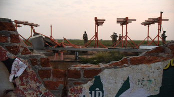 Felszállás közben bontott le egy falat az Air India gépe