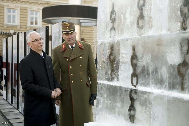 Balog Zoltán, az emberi erőforrások minisztere (b) és Kun Szabó István vezérőrnagy 2015. november 25-én.