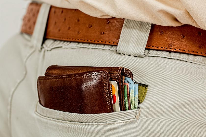A pénztárcából naponta ki kellene szórni a számlákat és az egyéb, fölöslegessé váló papírhulladékot, valamint helyükre kellene tenni a kártyákat és a rossz helyre került aprópénzt, hogy mindent könnyen megtalálj.