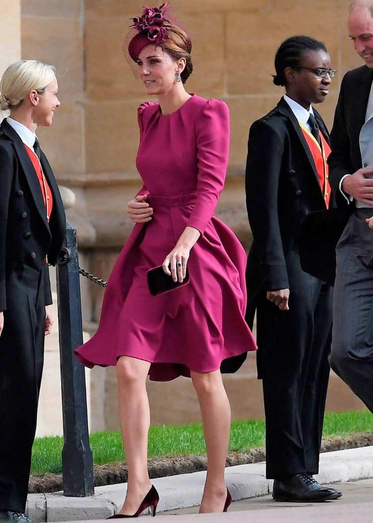 Álomszép volt ebben az erőteljes színű ruhában.