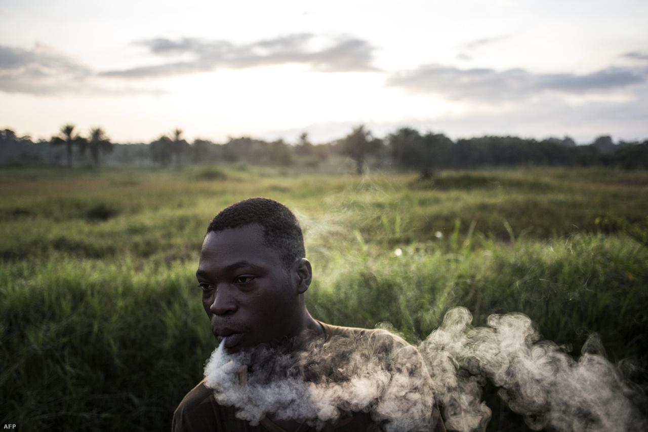 Egy kormánykatona reggeli cigarettája..Tizenötmillió embert éhínség fenyeget, az ötévesnél fiatalabb gyerekek közel 40 százaléka alultáplált. Sok gyereket iskola helyen bányákban dolgoztatnak, míg a felnőttek közül sokan a kilátástalan helyzetük, és a családjuk védelme miatt is csatlakoznak a fegyveres csoportokhoz.