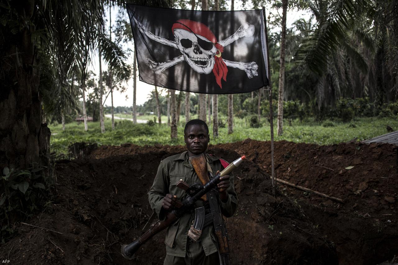 Katona egy rögtönzött bázison..Az ENSZ Biztonsági Tanácsa október elején minden fegyveres csoportot a harcok azonnali beszüntetésére szólított fel, hogy ezzel megkönnyítse az ebola elleni küzdelmet. Az erőszak általában nem közvetlenül az egészségügyi dolgozók ellen irányult, de erre is voltak példák. A harcok viszont megnehezítik, van, ahol lehetetlenné teszik a betegség terjedésének pontos nyomonkövetését, és sokszor a leginkább fertőzött részekre nem tudtak megfelelően eljutni az egészségügyi dolgozók. A Szövetséges Demokratikus Erők nevű szervezet az Egészségügyi Világszervezet (WHO) helyi műveleti központjától mindössze 600 méterre követett el nemrég támadást.