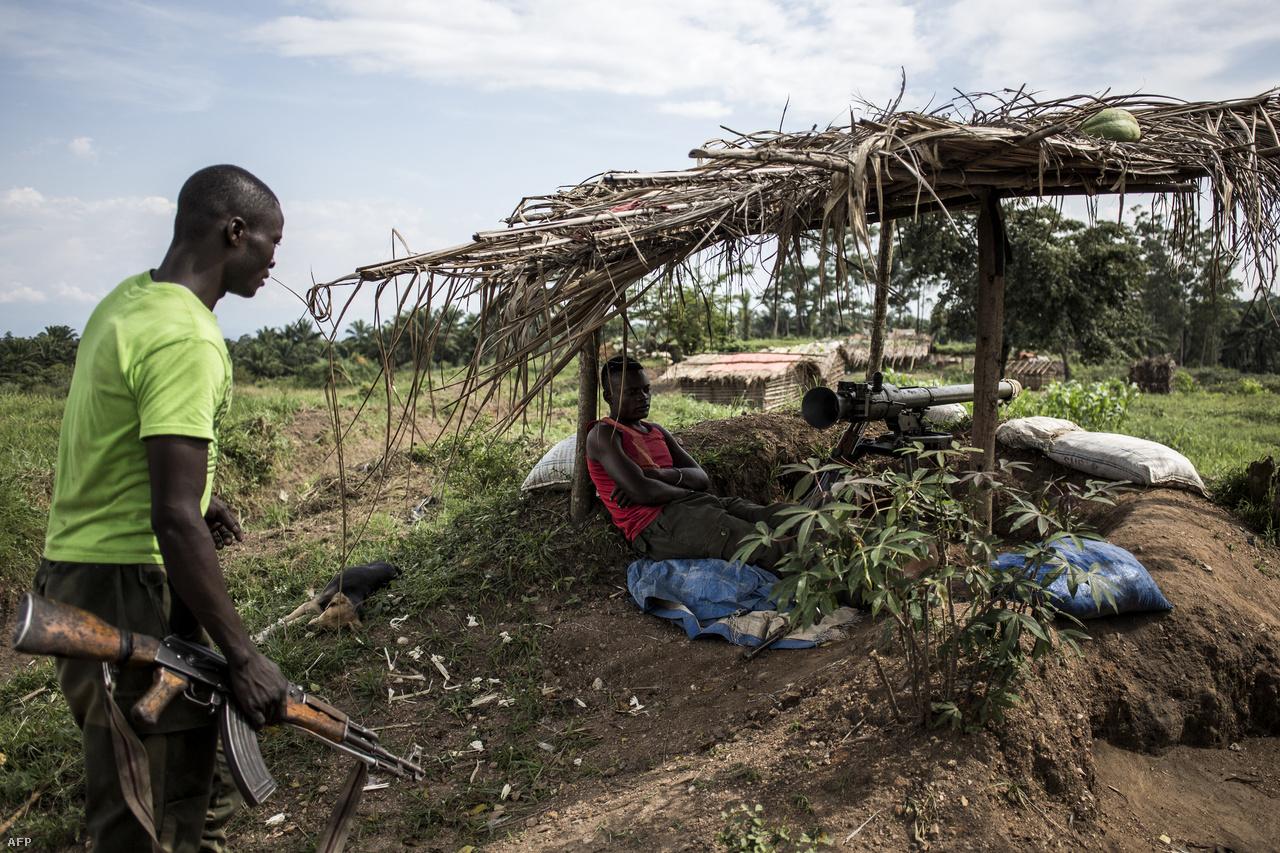 A kormányhoz hű fegyveresek október elején Oichánál. A természeti erőforrásokban gazdag, több mint 62 millió lakosú afrikai országot etnikai konfliktusok és polgárháborúk sújtják 1994 óta. Az 1998-ban kirobbant második kongói háborút a világ legvéresebb fegyveres konfliktusának tartják a második világháború óta. A 2000-es évek körüli polgárháborúkban és az azokat követő járványokban és éhínségben több millióan haltak meg.