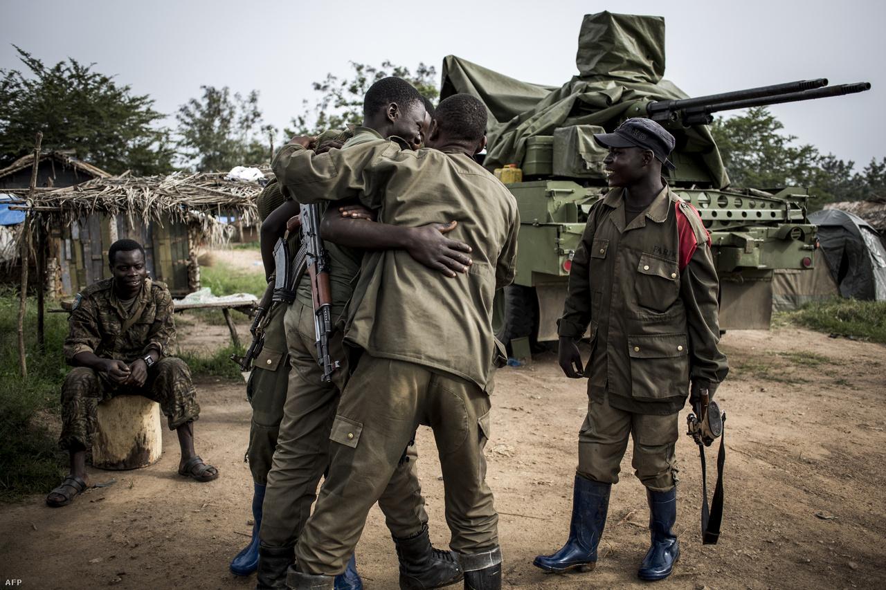 A dzsungelből visszatérő katonákat üdvözlik a bázison.Ezek a csoportok pedig kifejezetten veszélyesek tudnak lenni, van olyan, amelyik rendszeresen megtámad katonai laktanyákat, sőt, ENSZ-békefenntartókat is. A legtöbb új ebolás eset a 40 ezres Beni közelében volt, ahol aktív harcok vannak a kormányerők és a milíciák között. Az elmúlt két hónapban hetente volt arra valamilyen komolyabb támadás, emiatt egy időre teljesen le is zárták a várost.