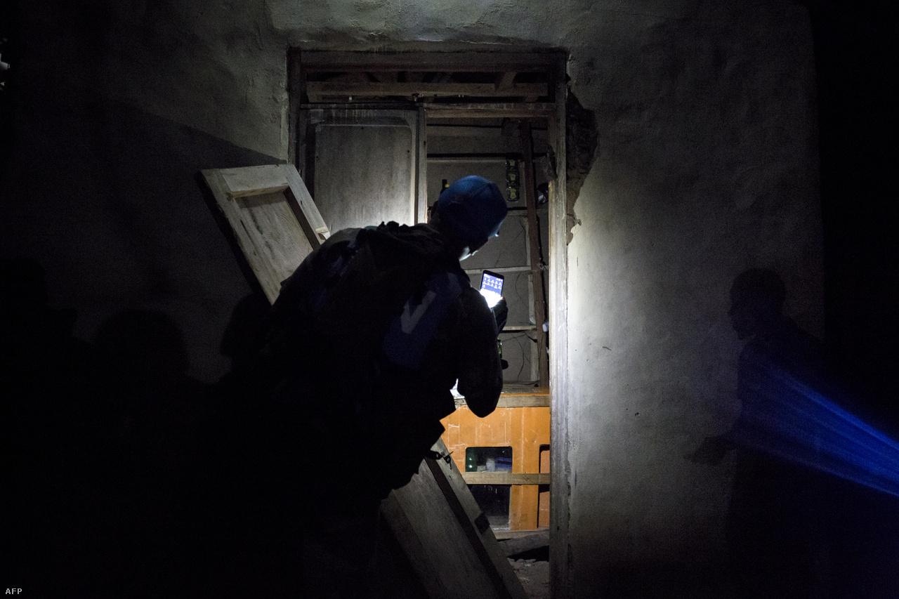 A kongói biztonsági erőknek a kongói ENSZ-misszió (MONUSCO) keretében segítő dél-afrikai katona egy kirabolt boltban..Attól is tartanak, hogy az ebola megjelenhet a szomszédos országokban. Észak-Kivu Ugandával és Ruandával is határos. Ugandában a Kongóval szomszédos területeken oltják be az egészségügyi dolgozókat a még mindig kísérleti fázisban lévő oltóanyaggal, de többek között Dél-Szudánba is sok kongói menekült érkezik.