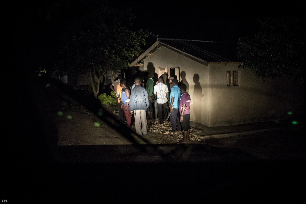 Helyiek machetékkel és botokkal felfegyverkezve vizsgálnak át egy házat, amit korábban kifosztottak az ADF fegyveresei.Az Észak-Kivuban és Ituriban zajló harcok miatt már közel egymillió ember menekült el az otthonából, és az összecsapások elől menekülő emberek mozgása is potenciális veszélyt jelent az ebola terjedésénél.