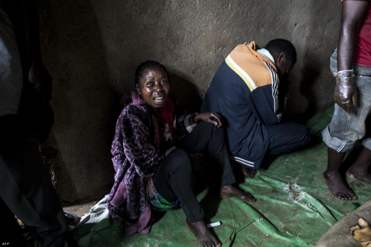 """Egy anya gyászolja két fiát, akiket lázadók öltek meg..""""Egyes településeken teljesen elvesztették a reményt, és kimerültek az évek óta tartó erőszakban. Ez kombinálva a megfelelő tájékoztatással azt eredményezi, hogy sokan azt sem fogadják el, hogy van olyan betegség, hogy ebola"""" – mondta Eric Mukama, a CARE Beniben dolgozó szakértője. Az egész helyzethez pedig az is hozzájárul, hogy a politikusok is próbálnak óvatoskodni a decemberi választások előtt."""