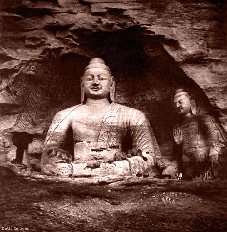 Buddha-szentély egy kelet-tibeti barlangban