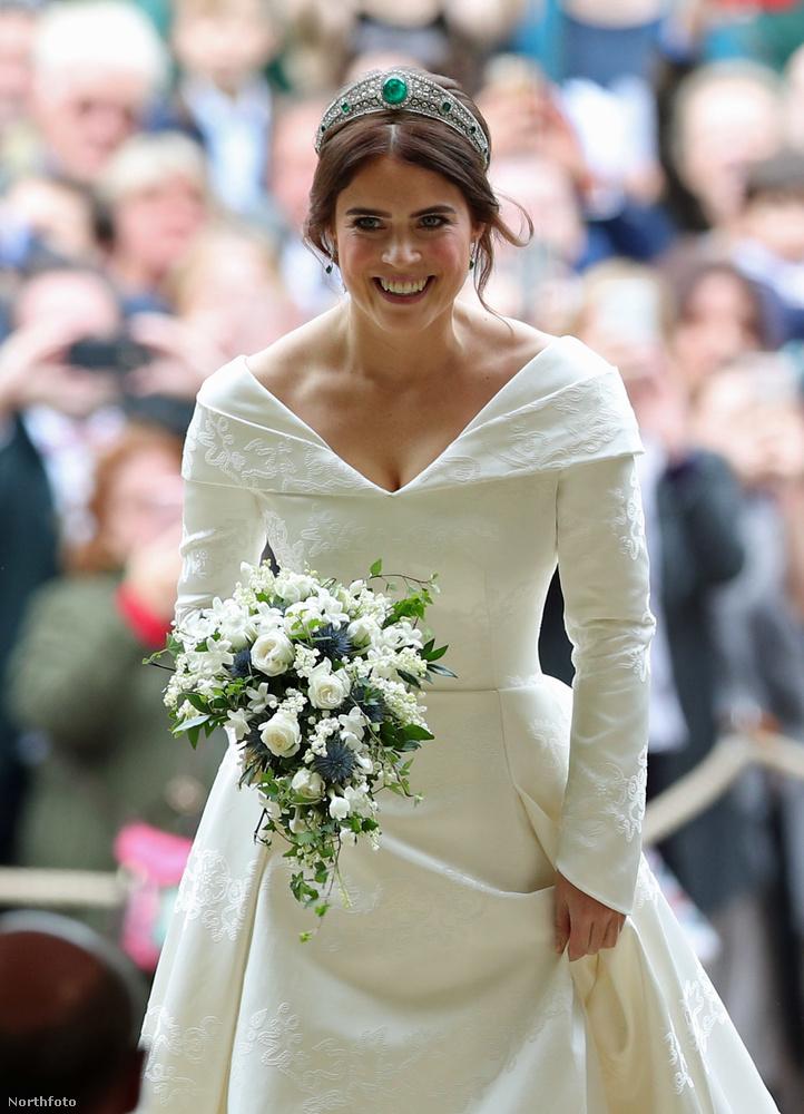 Viszont közel sem került annyiba: előbbi csak 2.7 millió fontba kerülhetett, szemben Harry herceggel és Meghan hercegnével, az ő esküvőjükre ugyanis nagyjából 34 millió fontot költött a család.