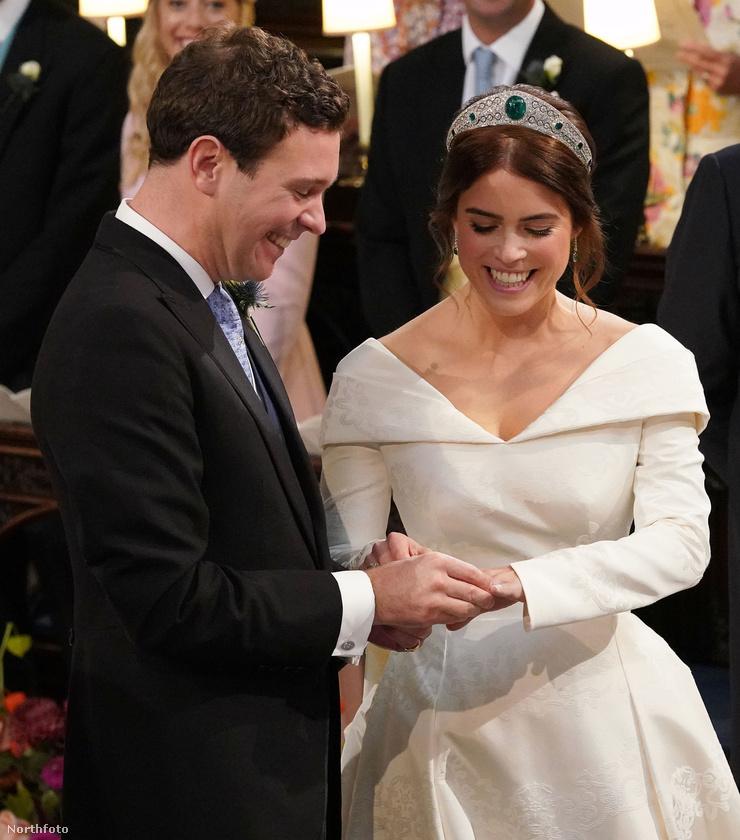 Róluk is mindjárt ejtünk pár szót, de előbb nézzük meg ezt a megható pillanatot, Eugénia hercegnő ruhájával együtt, amely állítólag azért ilyen kivágott, hogy láthatóvá tegye a gerincműtétéből származó hegeit