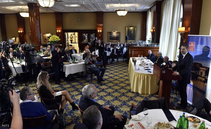 Lázár János, a Miniszterelnökséget vezető miniszter (j) beszédet mond A magyarországi fejlesztéspolitika eredményei, lehetőségei és kihívásai címmel rendezett budapesti konferencián 2017. november 23-án. A konferenciát a Munkaadók és Gyáriparosok Országos Szövetsége (MGYOSZ) szervezte.