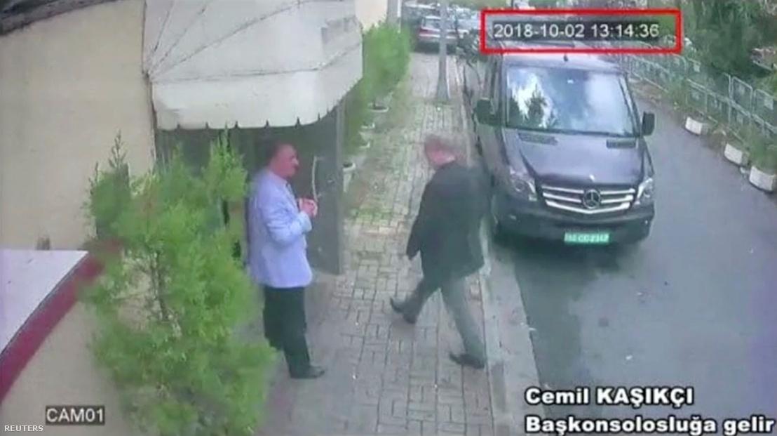 A térfigyelő kamera felvételén látszik, ahogy bemegy a konzulátusra