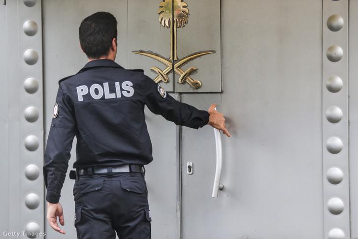 Egy rendőr a főkonzulátus bejáratánál