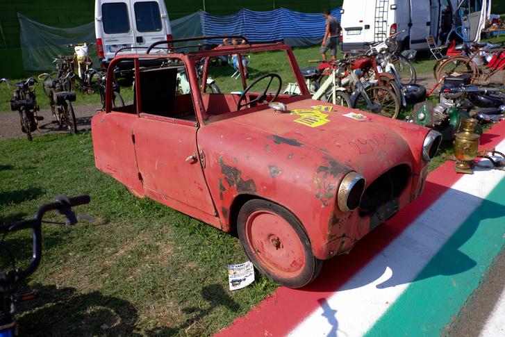 2900 euró volt ez a valami. Motorkerékpár-motor hajtotta a hátsó egyetlen kerekét, mint a Velorexet