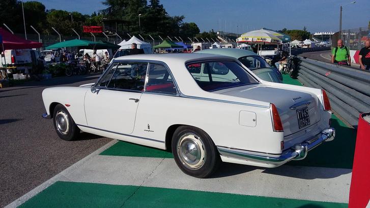 Az én motoromat árusító stand mellett lehetett volna Lancia Flaminia kupét is venni. Sajnos az egy nagyon másik árkategória, de bámészkodni ingyen volt