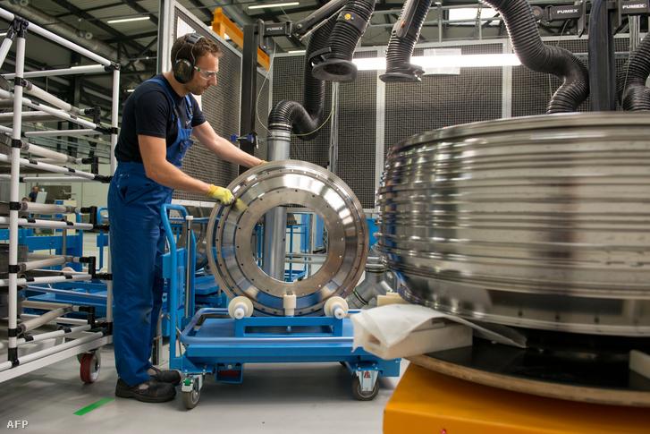 Alkalmazott dolgozik a francia Safran cég repülőgép-hajtómű üzemében a lengyelországi Sędziszów Małopolskiban 2018. július 4-én