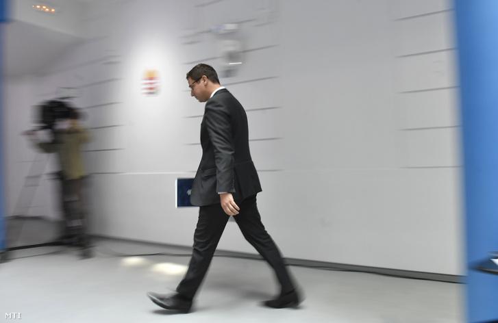 Gulyás Gergely Miniszterelnökséget vezető miniszter sajtótájékoztatóra érkezik a Miniszterelnöki Kabinetiroda sajtótermébe 2018. szeptember 13-án