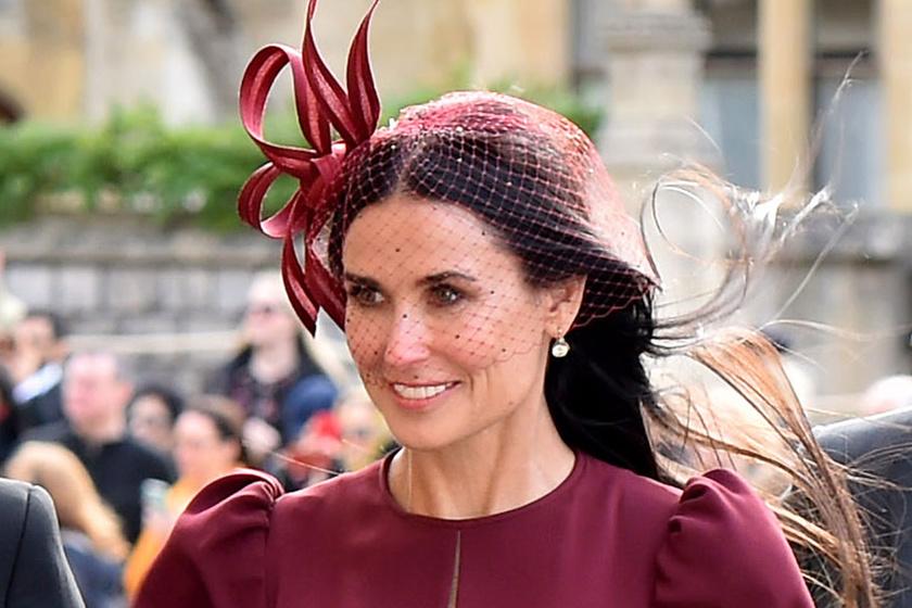 Demi Moore burgundi vörös ruhában tündökölt a királyi esküvőn - Ő volt a legszebb a vendégseregben