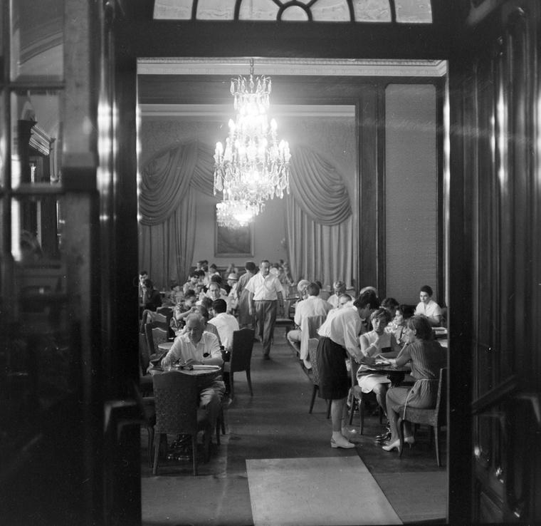 1948-tól a cukrászda állami tulajdonba került, nevét ekkor Vörösmartyra változtatták