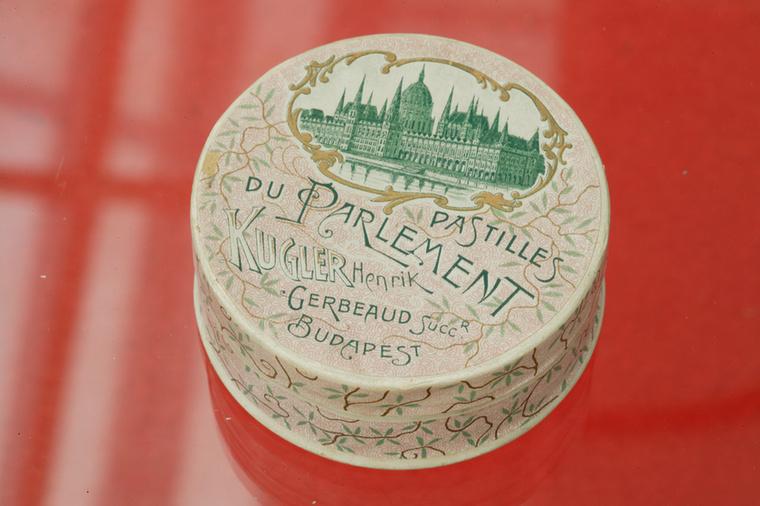 Egyébként Kugler és Gerbeaud Emil előszeretettel hívta segítségül az akkori kor legjelentősebb művészeit akkor is, amikor a termékek csomagolását kellett megtervezni
