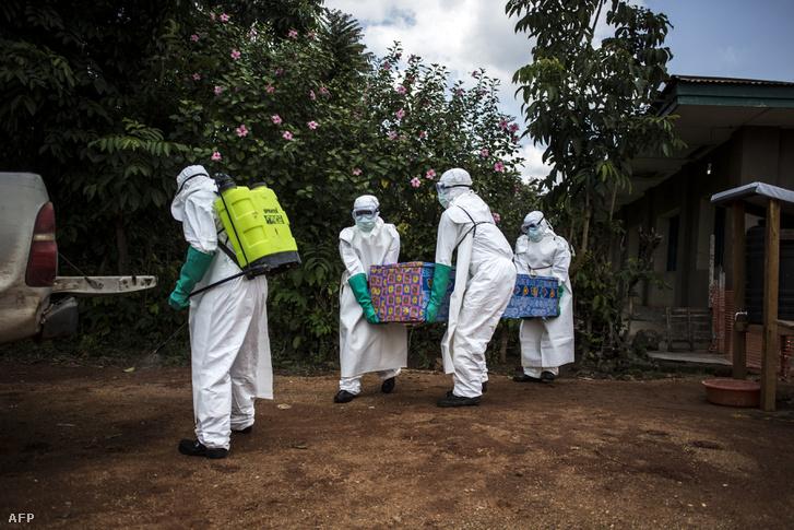 Egy ebolafertőzés gyanús holttestet visznek el Manginában, Benihez közeli településen 2018. augusztus 22-én.