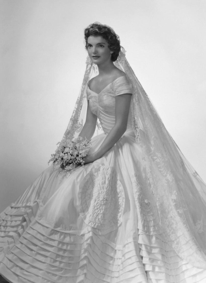 Jackie Kennedy álomszép menyasszonyi ruháját egy akkoriban neves New York-i divattervező, Ann Lowe készítette.