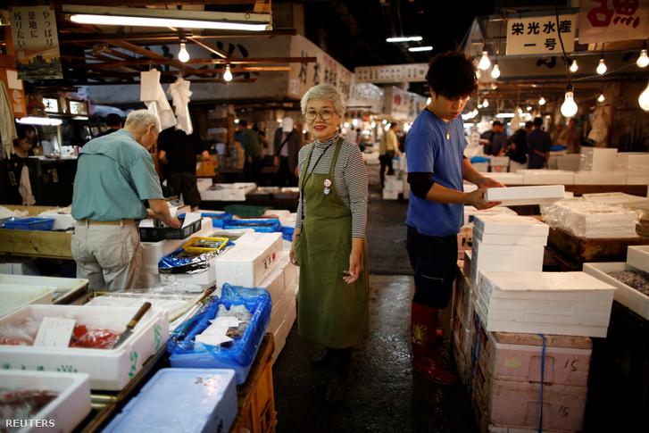 A 75 éves Tai Yamaguchi több mint 50 éve dolgozik családja halüzletében. A kép a Cukidzsi halpiacon készült 2018. szeptember 25-én