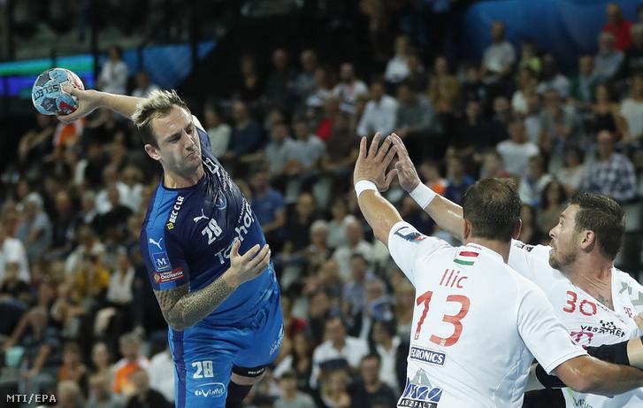 Valentin Porte, a Montpellier (b) játékosa, valamint Momir Ilic (k) és Mirsad Terzic, a Telekom Veszprém játékosai a férfi kézilabda Bajnokok Ligája 5. fordulójában, az A csoportban játszott Montpellier HB – Telekom Veszprém mérkőzésen a dél-franciaországi Montpellier-ben 2018. október 13-án.