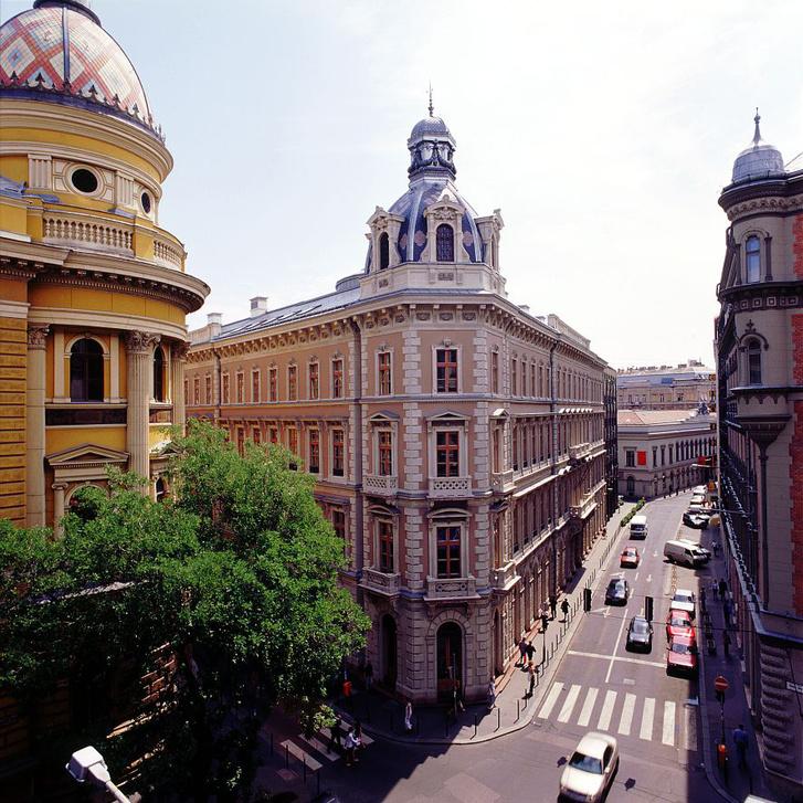Két rivális kupola, az Opera két rivális pályázójától. A baloldali Szkalnitzky Antal, a jobb oldali Ybl Miklós munkája
