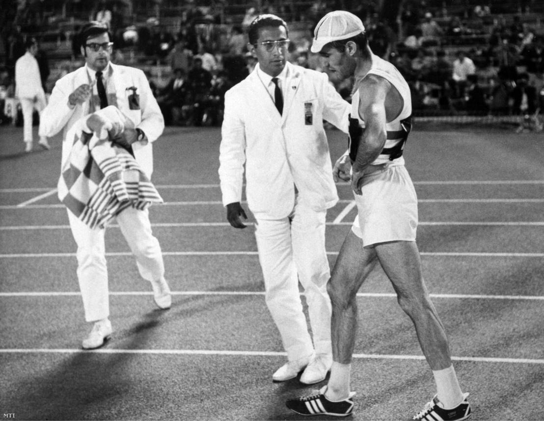 Kiss Antal az 50 km-es gyalogló verseny ezüstérmese a célbaérés után a XIX. nyári olimpián.