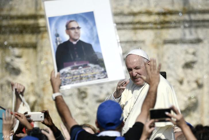 Ferenc pápa köszönti a szentté avatásra összegyűlteket a Vatikán előtt 2018. október 14-én.