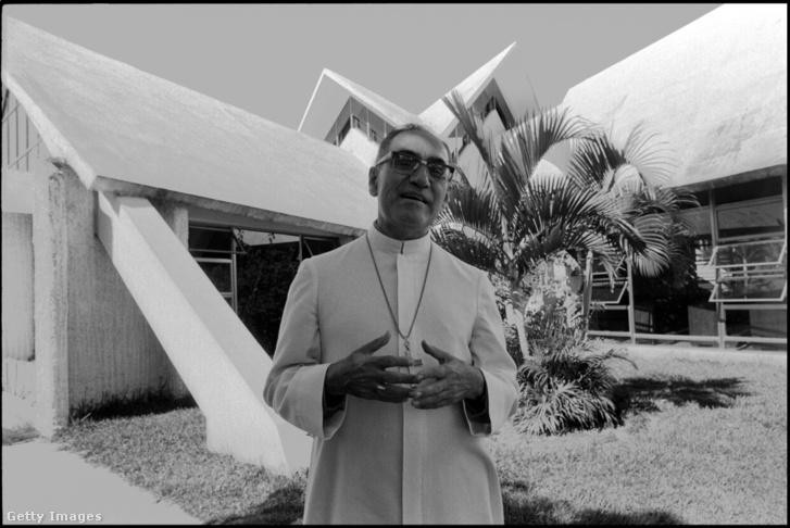 Oscar Romero San Salvador-i otthona előtt 1979 novemberében.