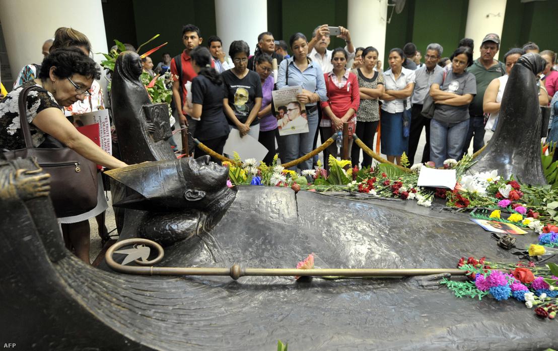 Hívők imádkoznak Romero síremlékénél.
