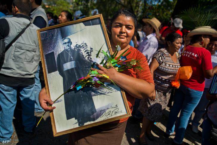 Katolikus hívő tartja Romero fényképét az érsek halálának 34. évfordulóján, 2014. március 24-én, San Salvadorban.